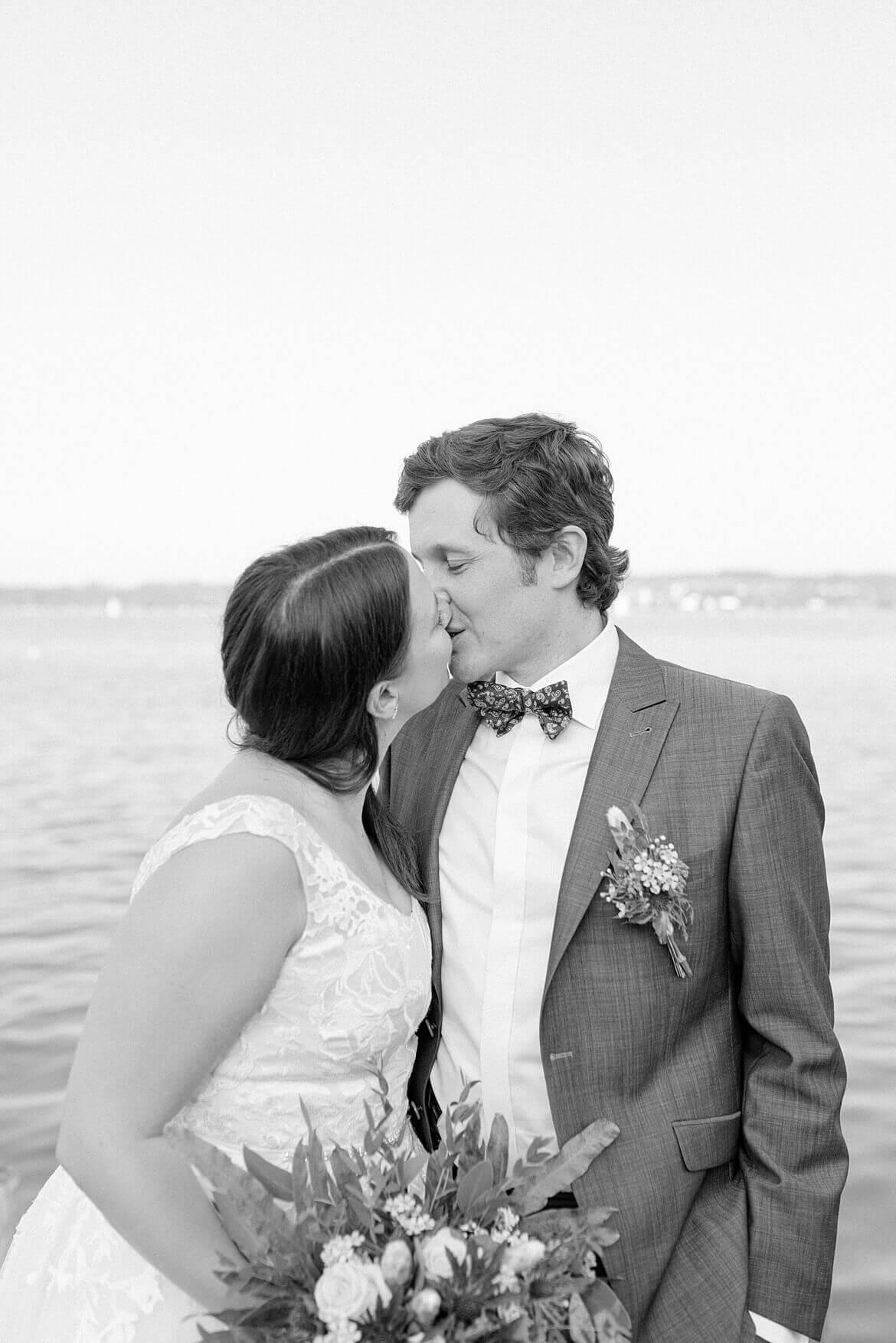 Schwarz Weiß Foto von küssendem Brautpaar