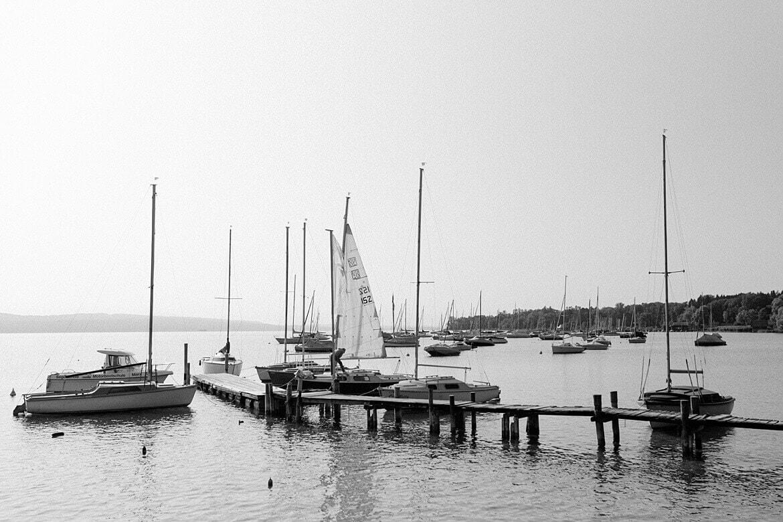 Schwarz Weiß Foto von Booten auf dem Ammersee in Bayern
