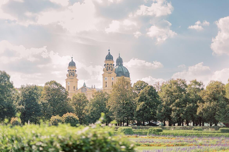 Kirche in München vom Hofgarten aus