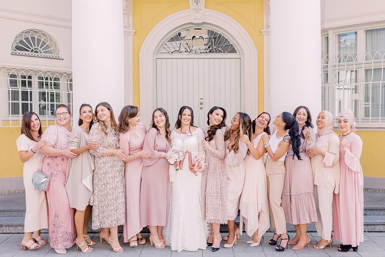 Braut mit 13 Brautjungfern vorm Standesamt Mandlstraße in München