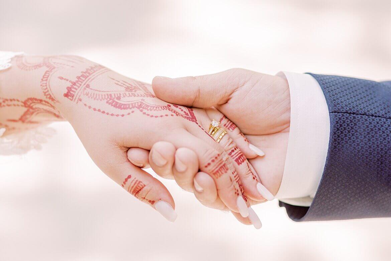Hände einer Braut mit Henna
