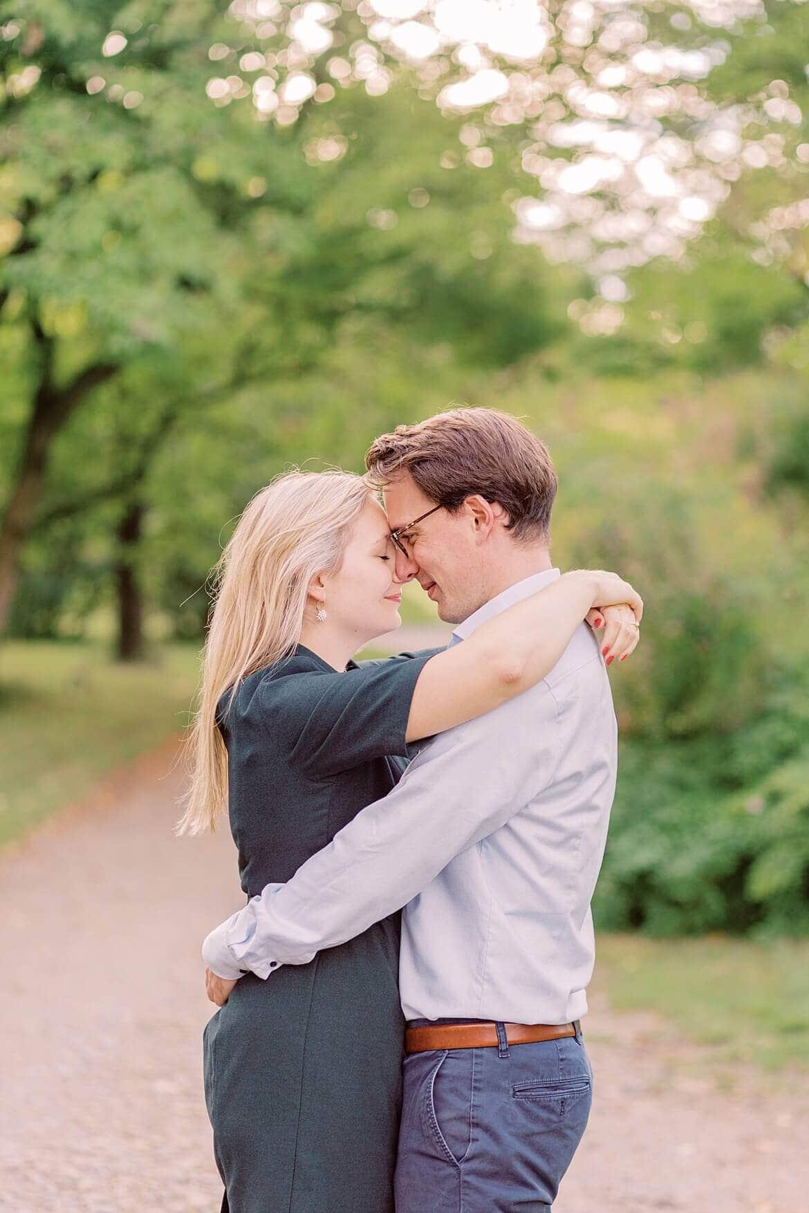 Paar steht Stirn an Stirn voreinander im Park
