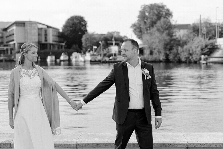 Brautpaar vor Wasser in Köpenick