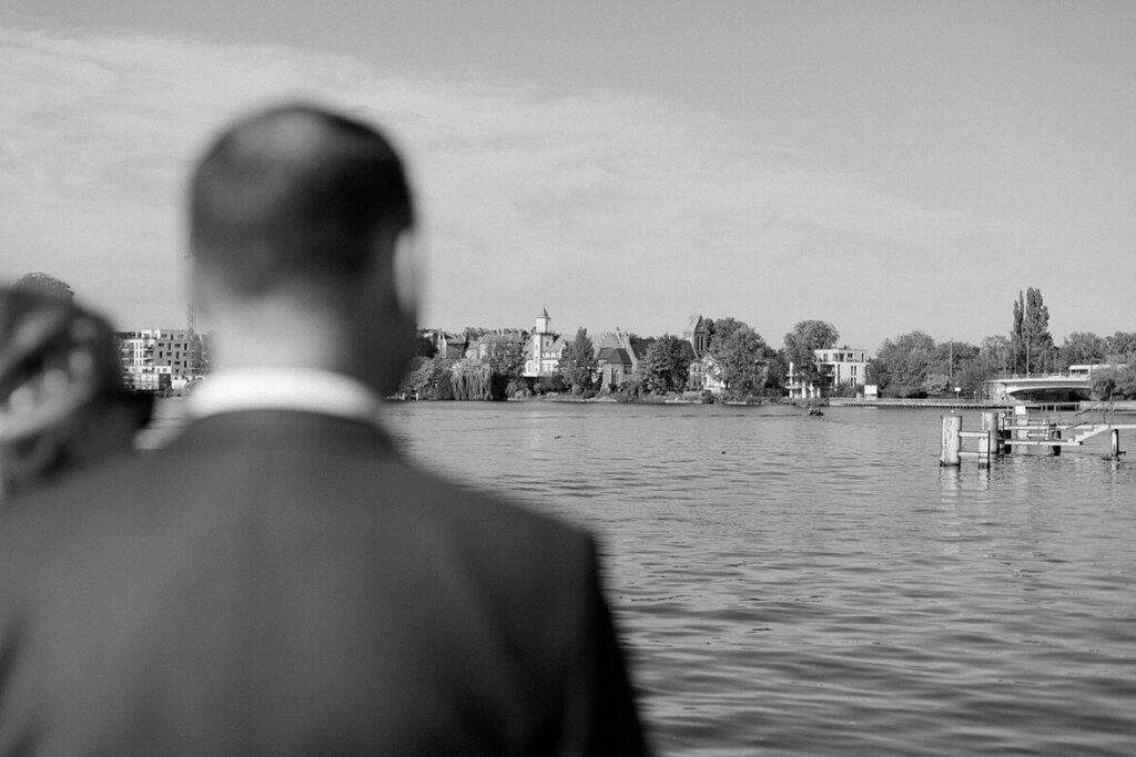 Brautpaar schaut in Köpenick auf das Wasser
