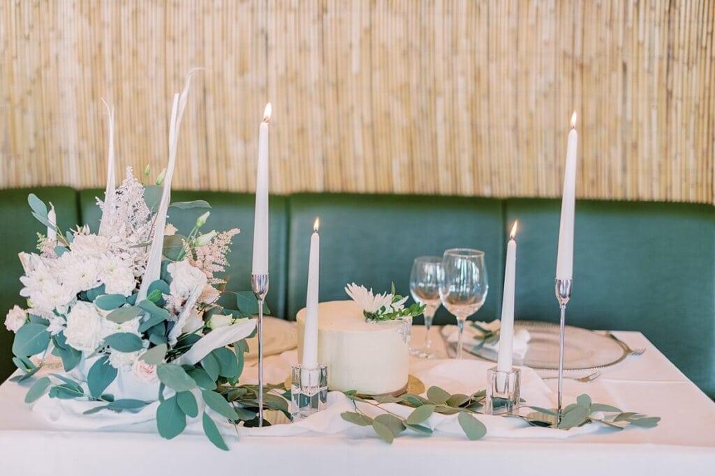 Gedeckter Tisch mit Hochzeitstorte