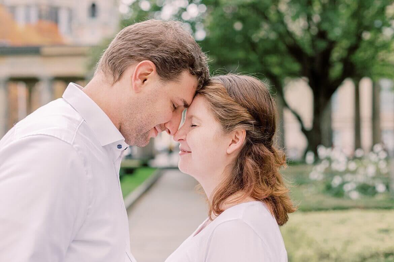 Paar hat Stirn an Stirn zusammen