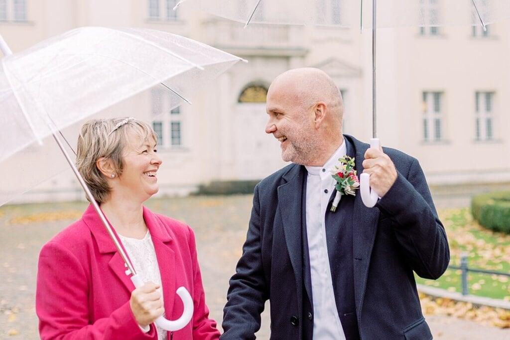Brautpaar unter einem Regenschirm