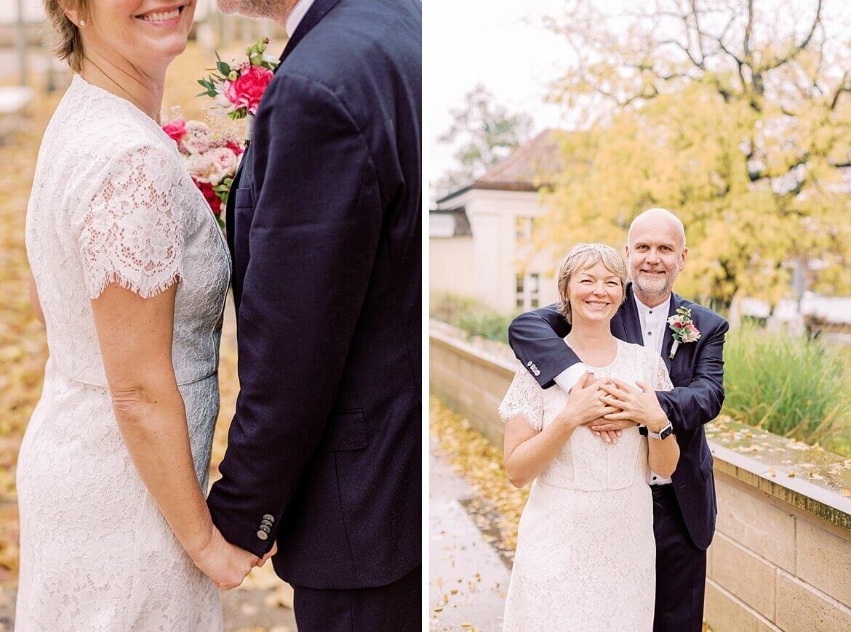 Brautpaar umarmt sich im Park