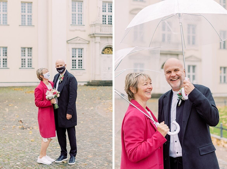 Brautpaar mit Maske und Schirm