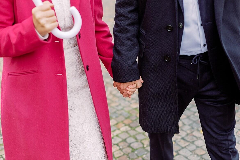 Brautpaar fässt sich an den Händen
