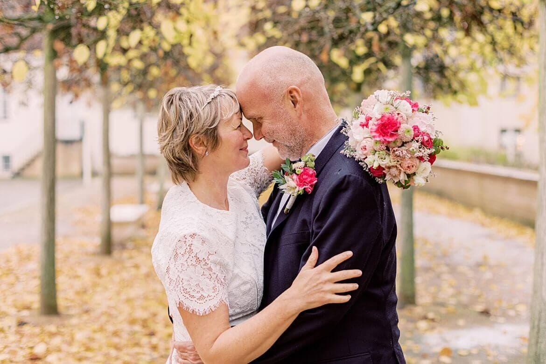 Brautpaar steckt die Köpfe zusammen