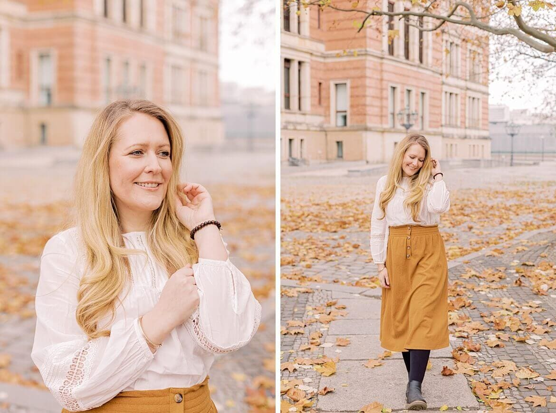 Portrait einer Frau im Herbst mit senfgelben Rock