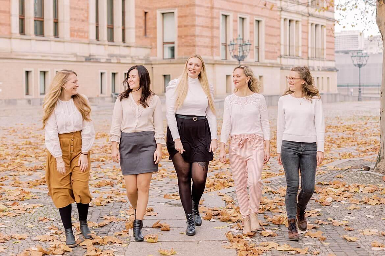 5 Frauen laufen im Herbst