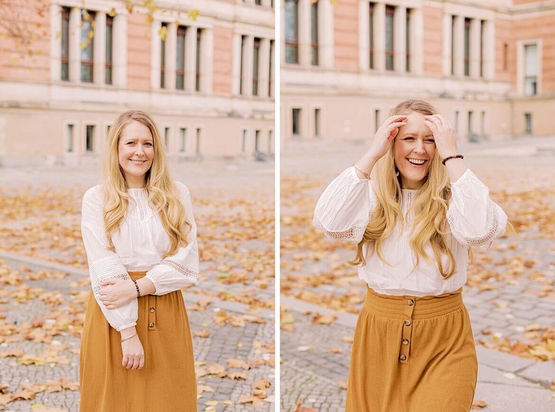 Frau mit blonden Haaren lacht