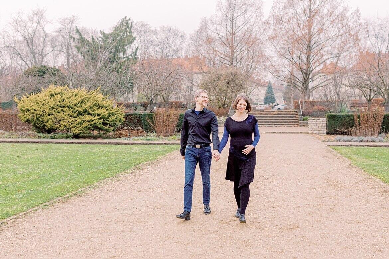 Schwangeres Paar spaziert im Park
