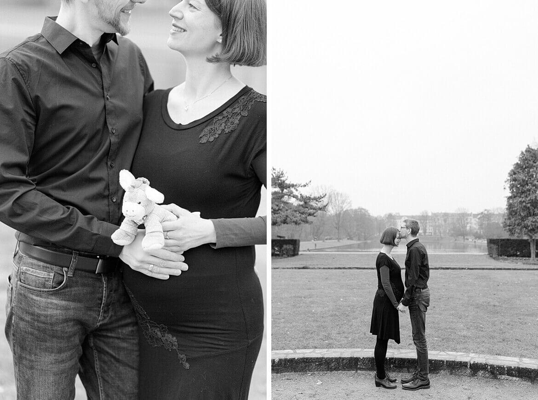 Schwarz Weiß Foto eines schwangeren Paares im Park