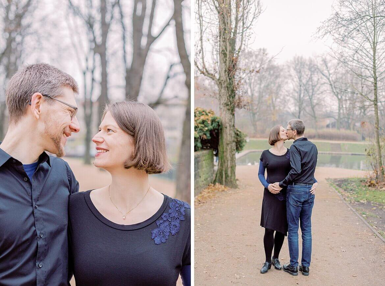 Schwangeres Ehepaar im Park