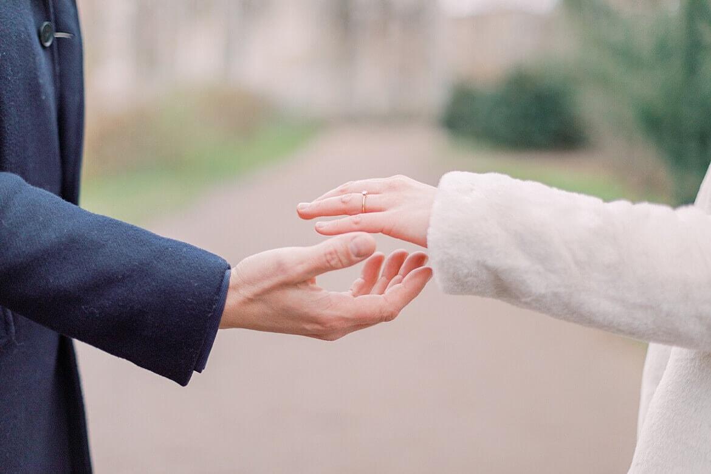 Nahaufnahme von Händen, die sich fast berühren