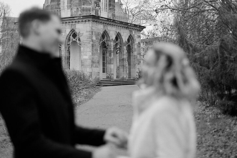 Schwarz Weiß Aufnahme eines Brautpaares