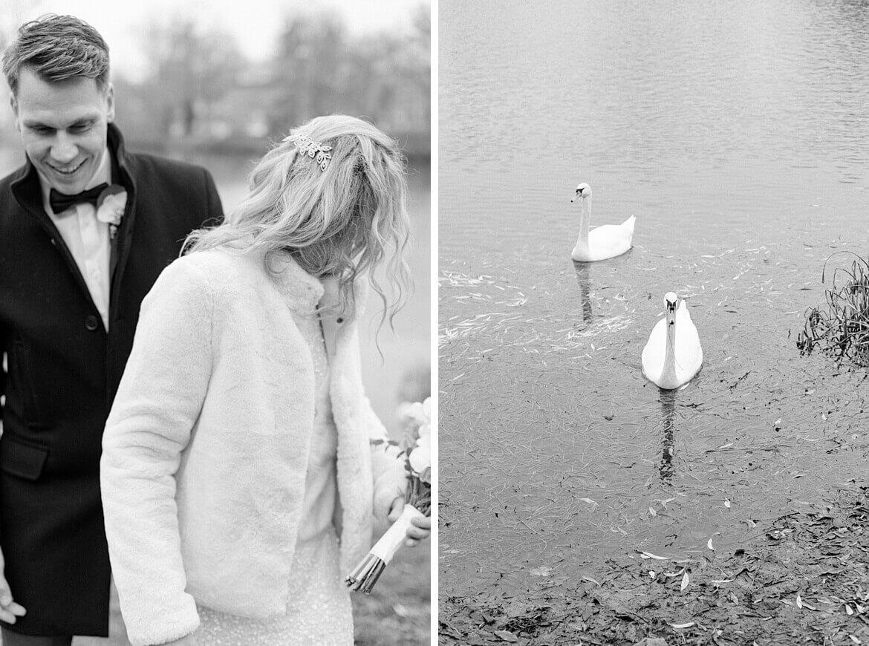 Schwarz Weiß Foto von Brautpaar und Schwänen