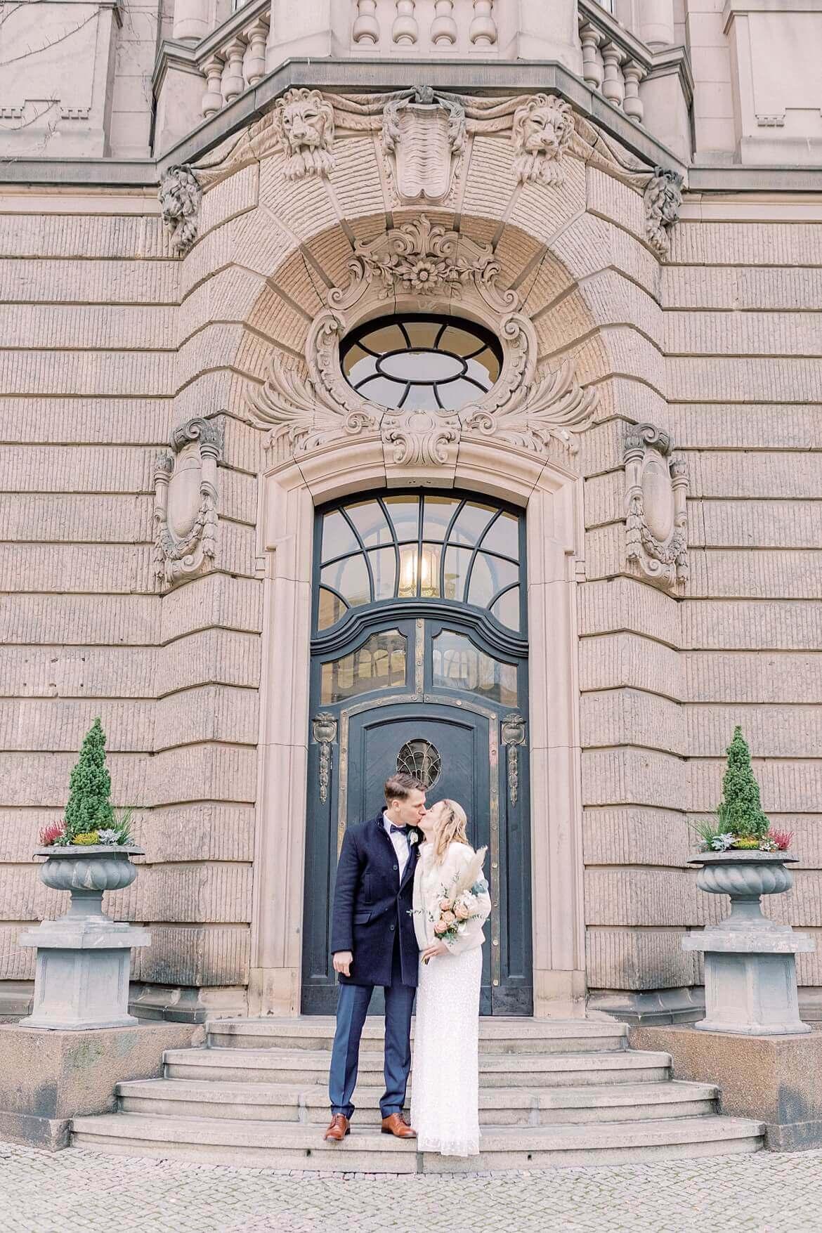 Brautpaar küsst sich vor dem Rathaus Potsdam
