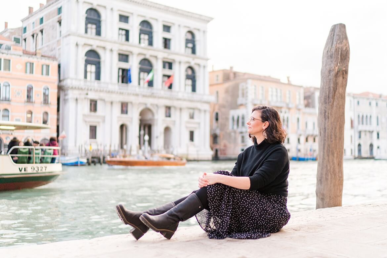 Frau in Venedig schaut auf Kanal