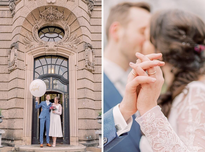 Brautpaar vor Standesamt mit Ballon