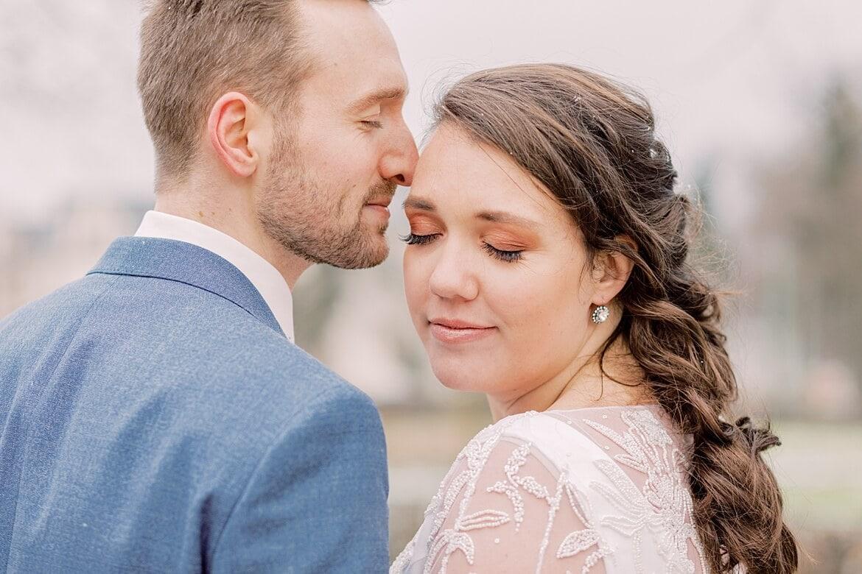 Braut und Bräutigam stecken Köpfe zusammen