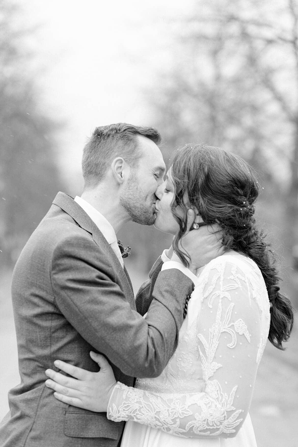 Bräutigam küsst seine Braut innig