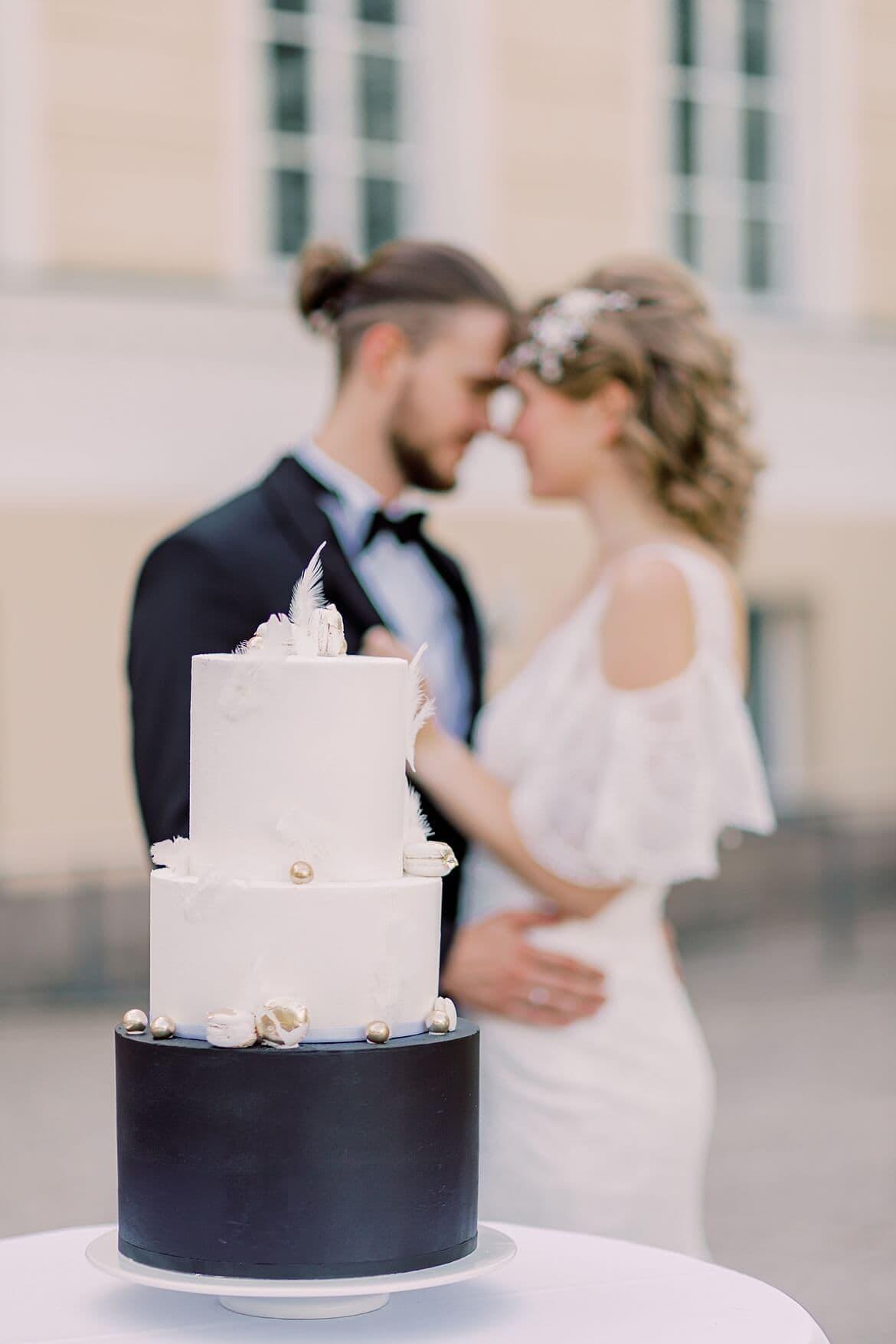 Brautpaar mit Torte