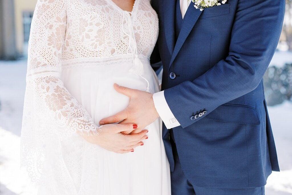 Babybauch und Brautpaar