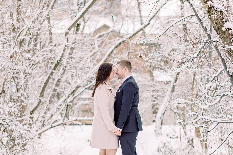 Paar in verschneiter Schnee Landschaft