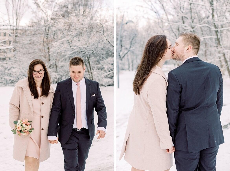 Paar im verschneiten Park