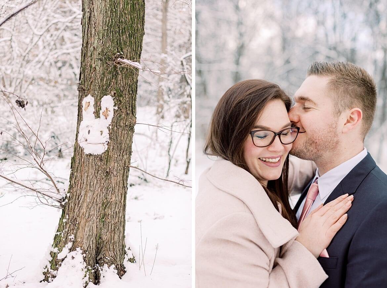 Schneehase auf Baum