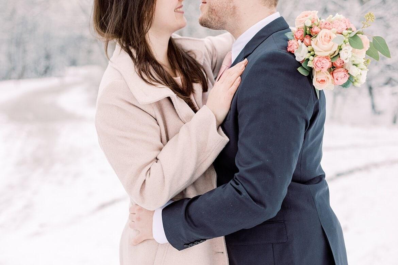 Paar umarmt sich im verschneiten Park