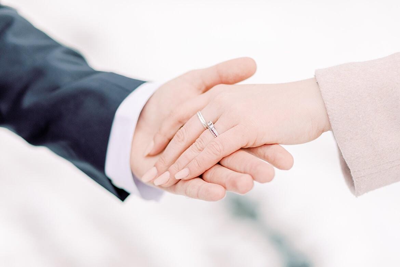 Verlobungsring an Hand im Schnee