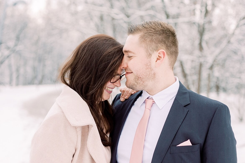 Paar lacht im Schnee