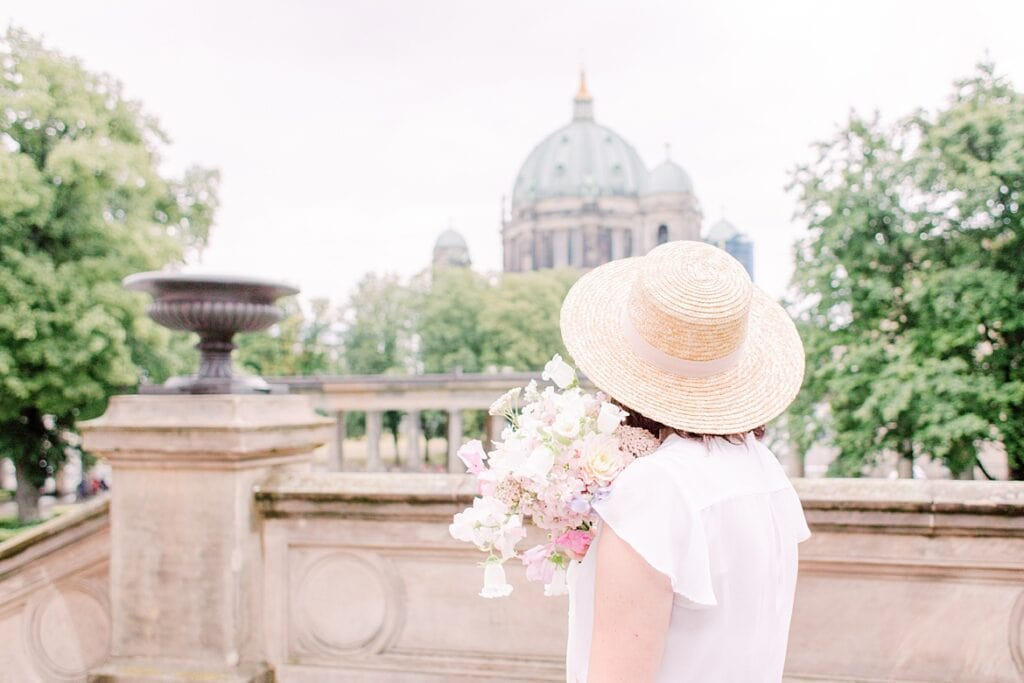 Frau blickt auf Berliner Dom