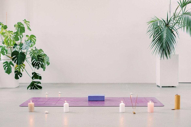 Yogamatte mit Kerzen und Yogablock