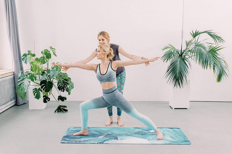 Johanna zeigt Julia Yoga