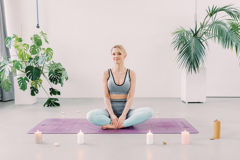 Julia auf der Yogamatte