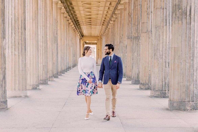 Paar läuft zwischen Säulen