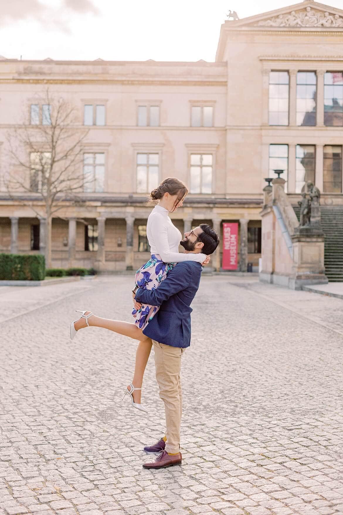 Mann hebt Frau in die Luft