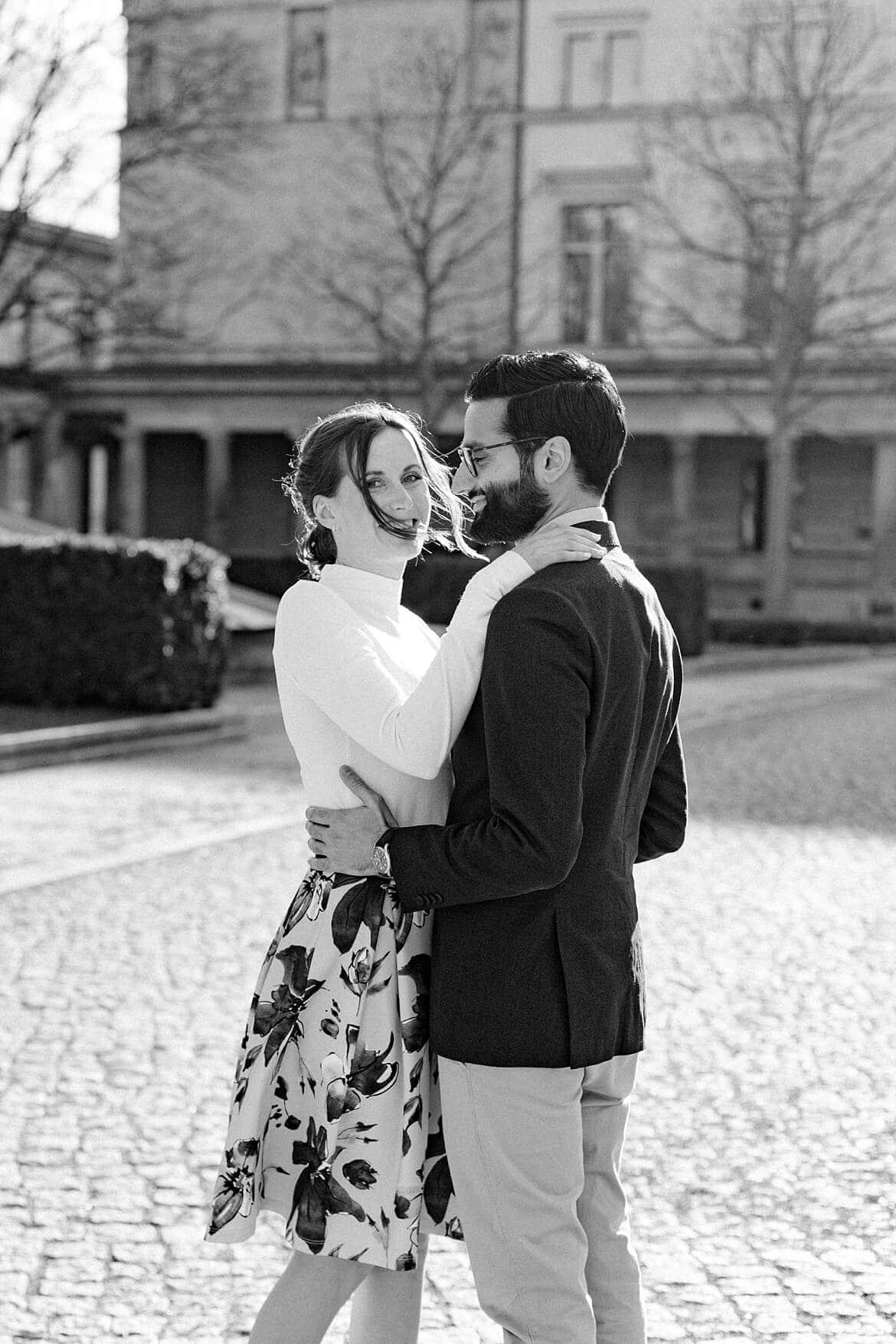 Paar umarmt sich auf der Museumsinsel Berlin