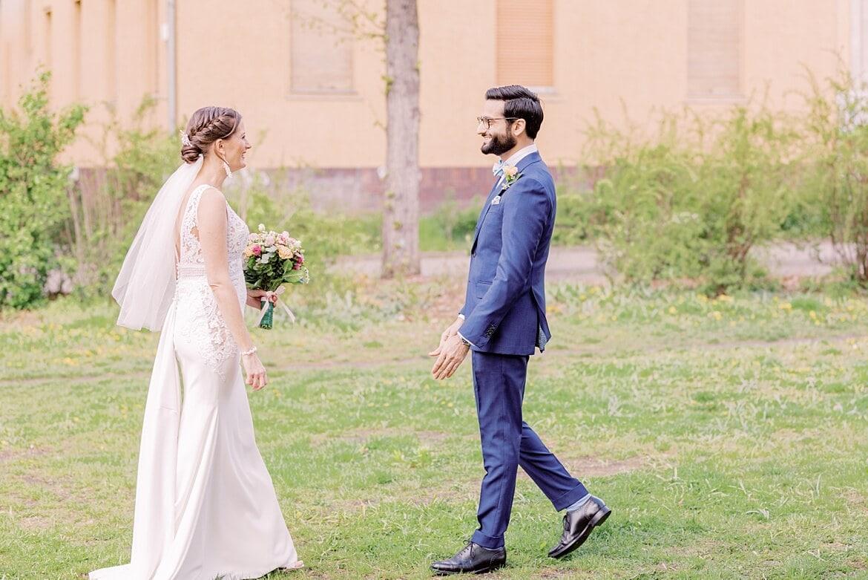 Brautpaar sieht sich zum ersten Mal vor der Hochzeitsvilla Zehlendorf in Berlin