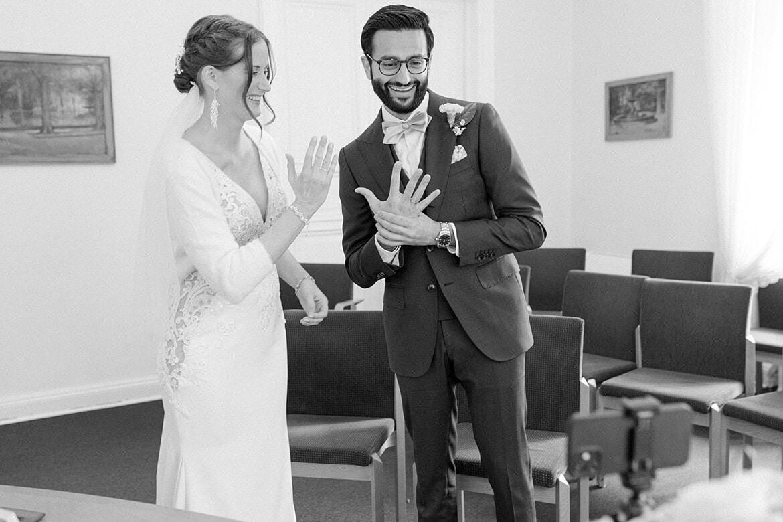 Brautpaar hält Hand mit Ehering in die Handykamera in der Hochzeitsvilla Zehlendorf