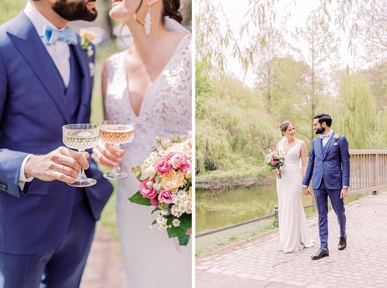 Brautpaar stößt mit Kristallgläsern an