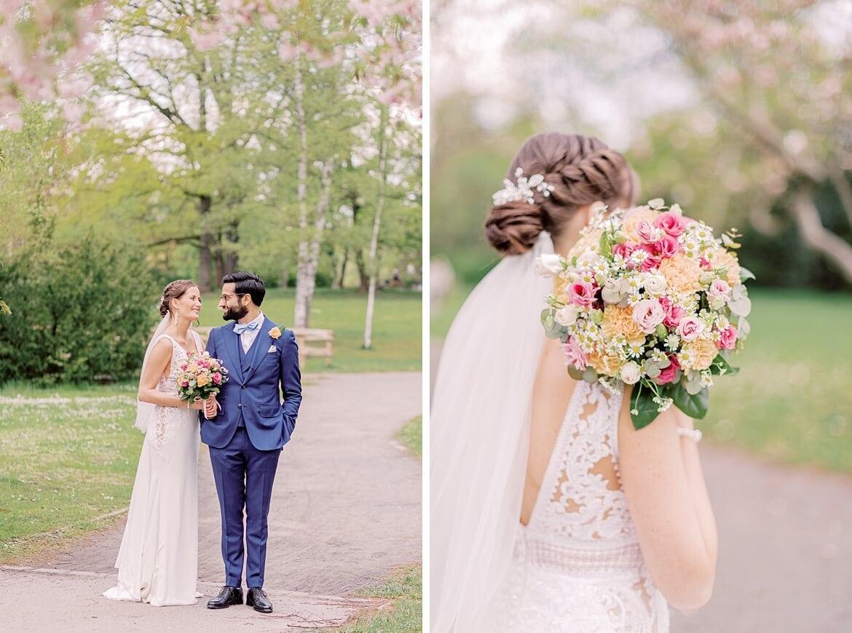 Brautpaar schaut sich verliebt an im Stadtpark Steglitz