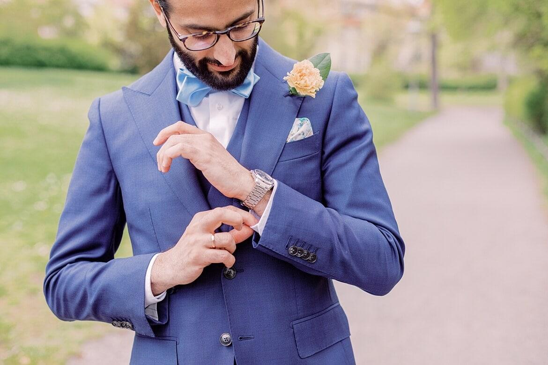 Bräutigam prüft seine Manschettenknöpfe