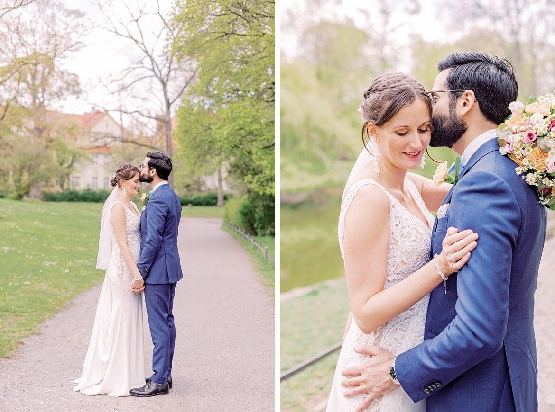 Brautpaar umarmt sich im Stadtpark Steglitz